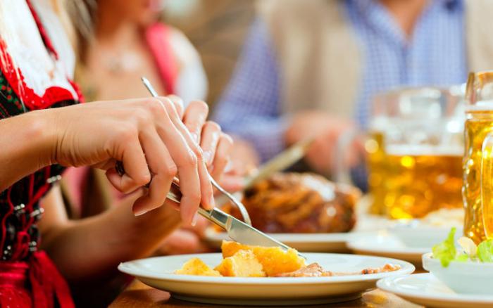 Mulher comendo em Restaurante