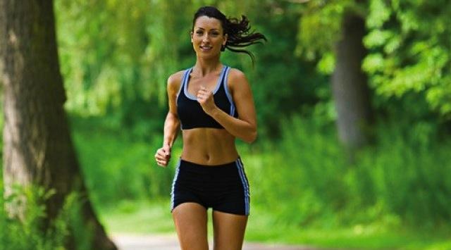 Mulher Correndo no Bosque
