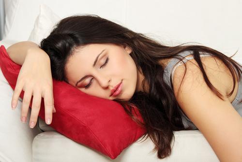 Mulher dormindo com melatonina