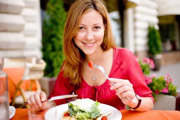 Comendo salada em restaurante