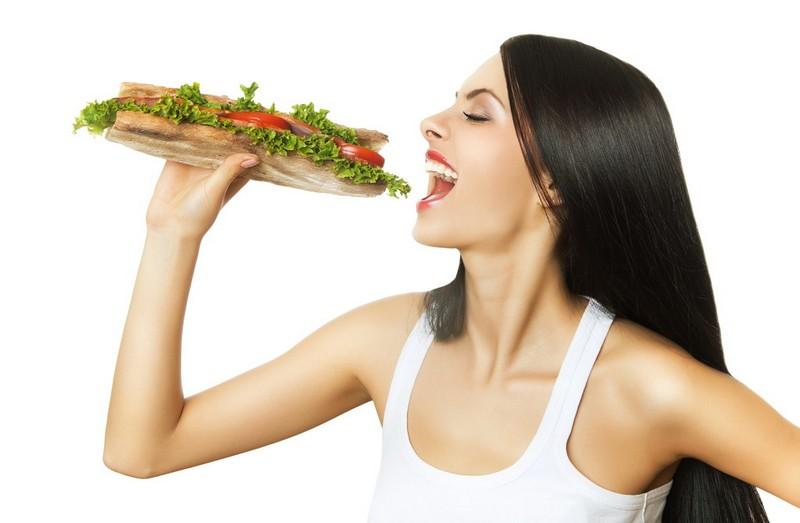 Comendo sanduíche saudável