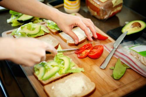 Preparando sanduíche