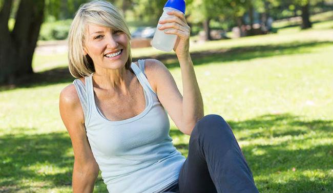 Mulher velha se exercitando