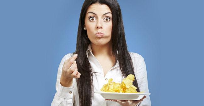 Mulher flagrada comendo