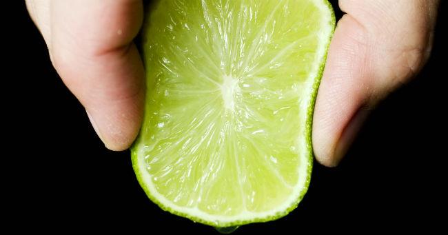 Espremendo limão