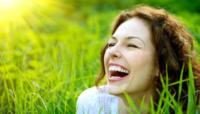 Mulher feliz no sol