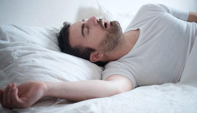 Homem roncando
