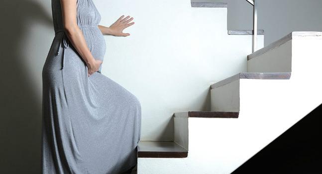 Grávida na escada