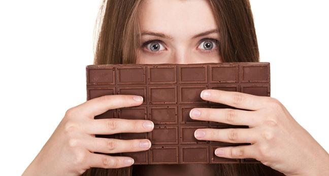 Mulher segurando chocolate