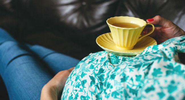 Grávida tomando chá