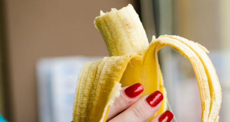 Mulher comendo banana