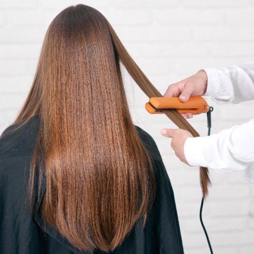 mulher fazendo escova no cabelo