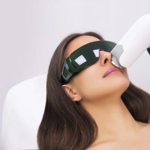 Mulher fazendo tratamento com luz intensa pulsada