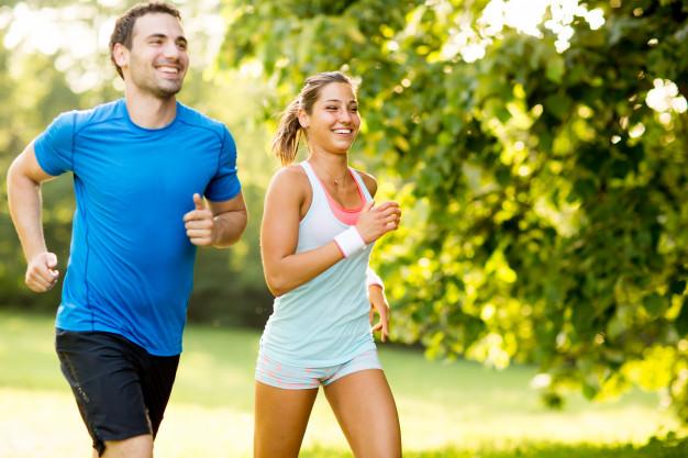 atividades físicas casal correndo